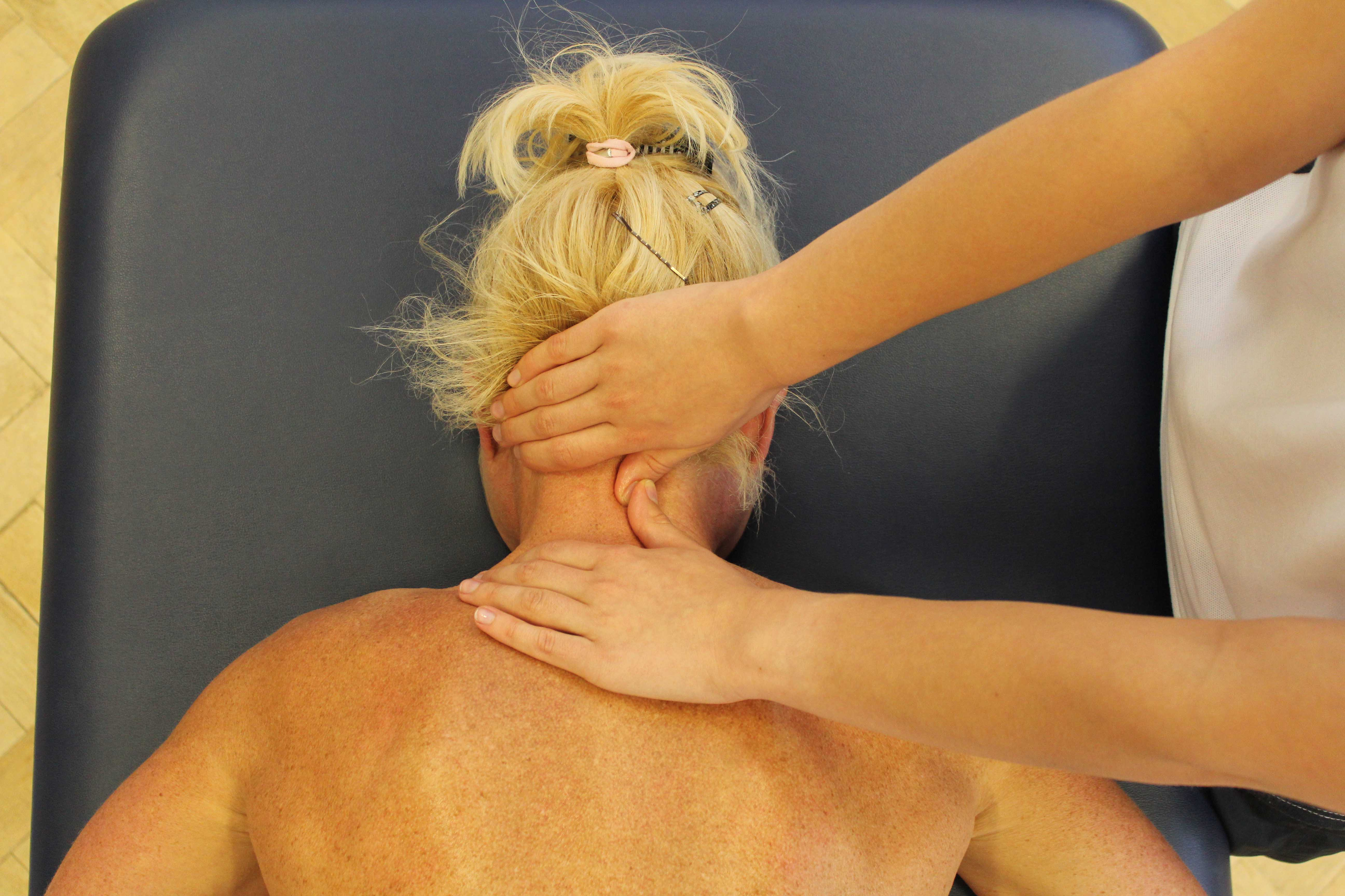 Mobilisation of the cervical vertebrea by the physiotherapist