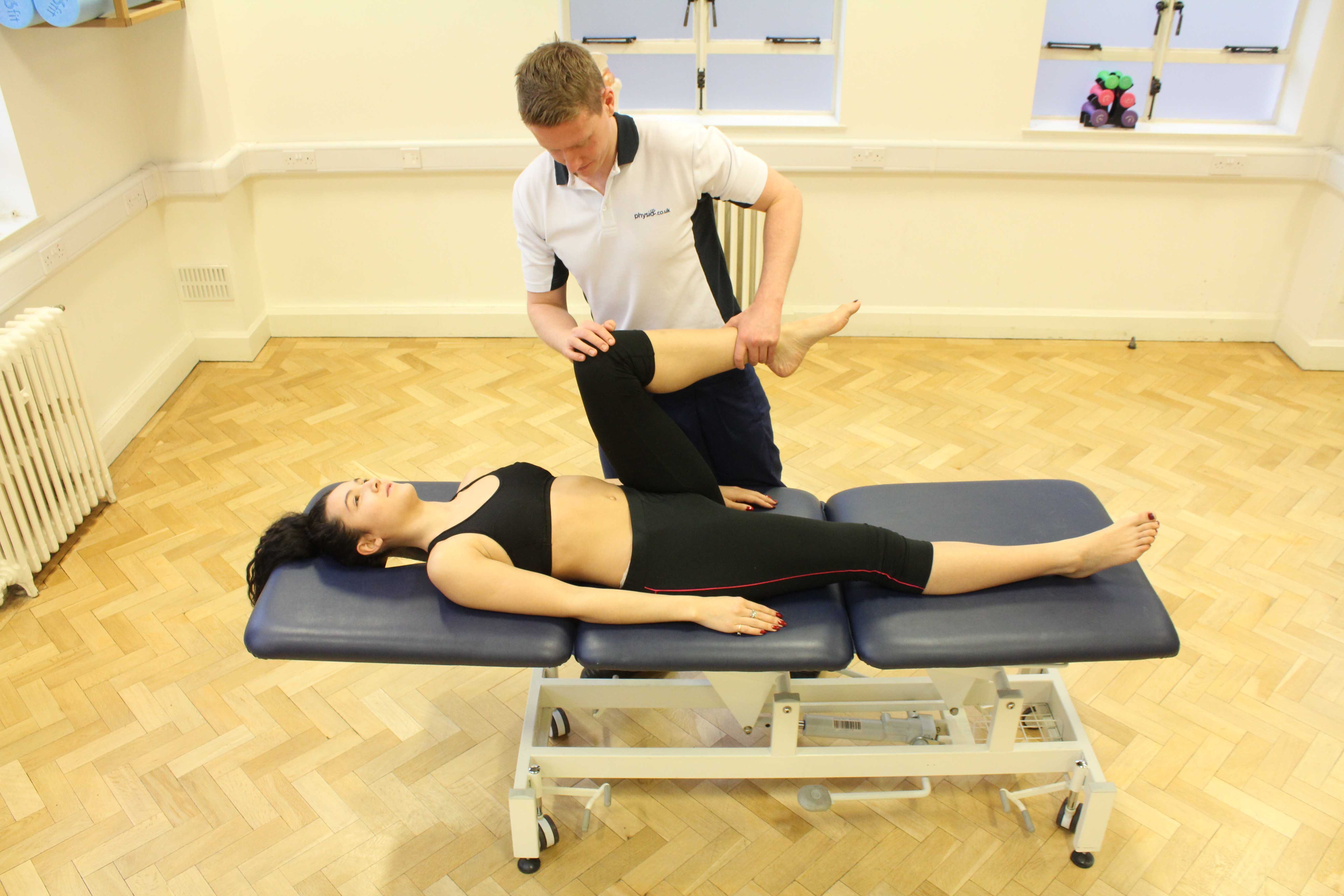 Knee mobility and strength tests condurcted by an experienced physiotherapist