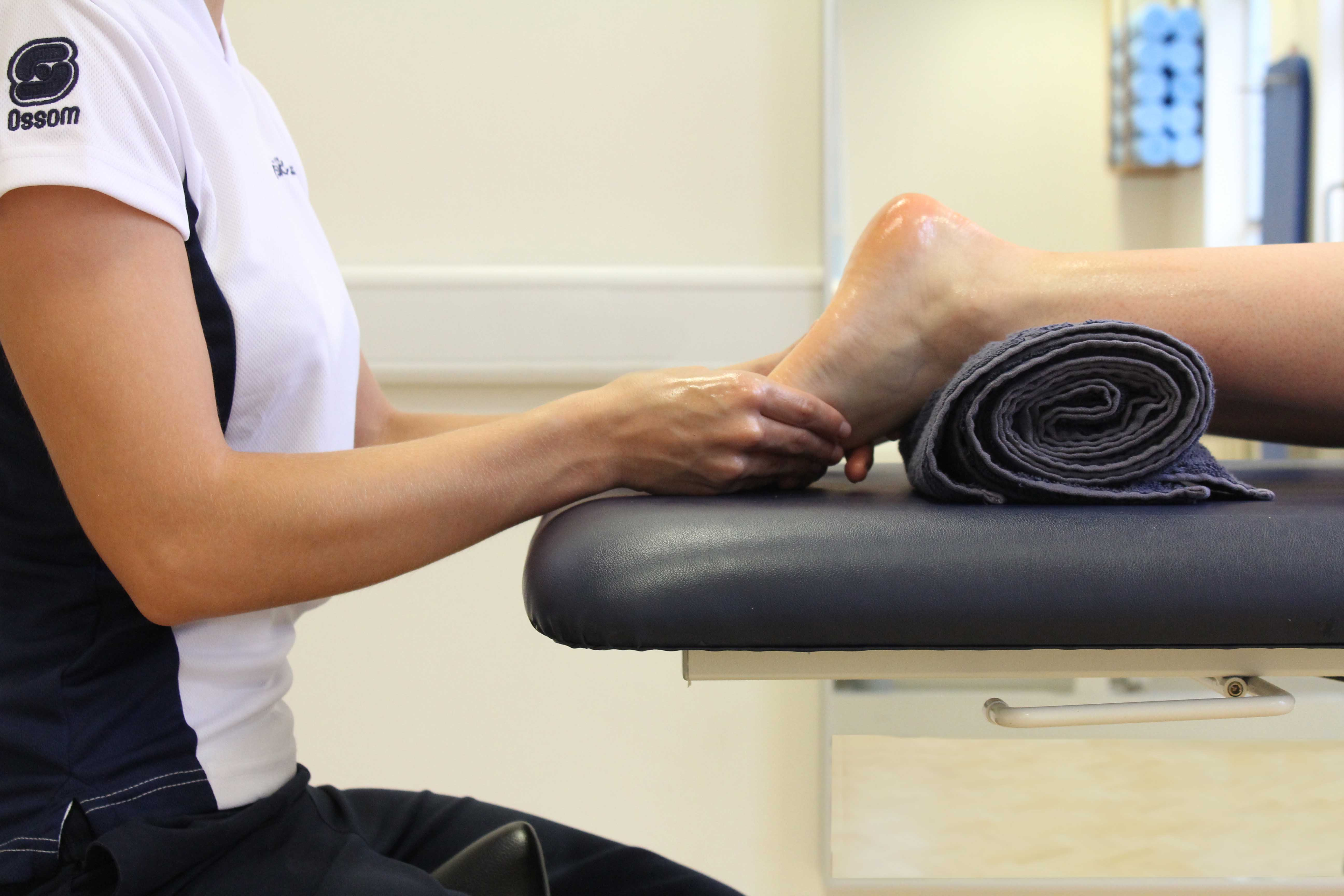 Soft tissue massage of the planta fascia under the foot