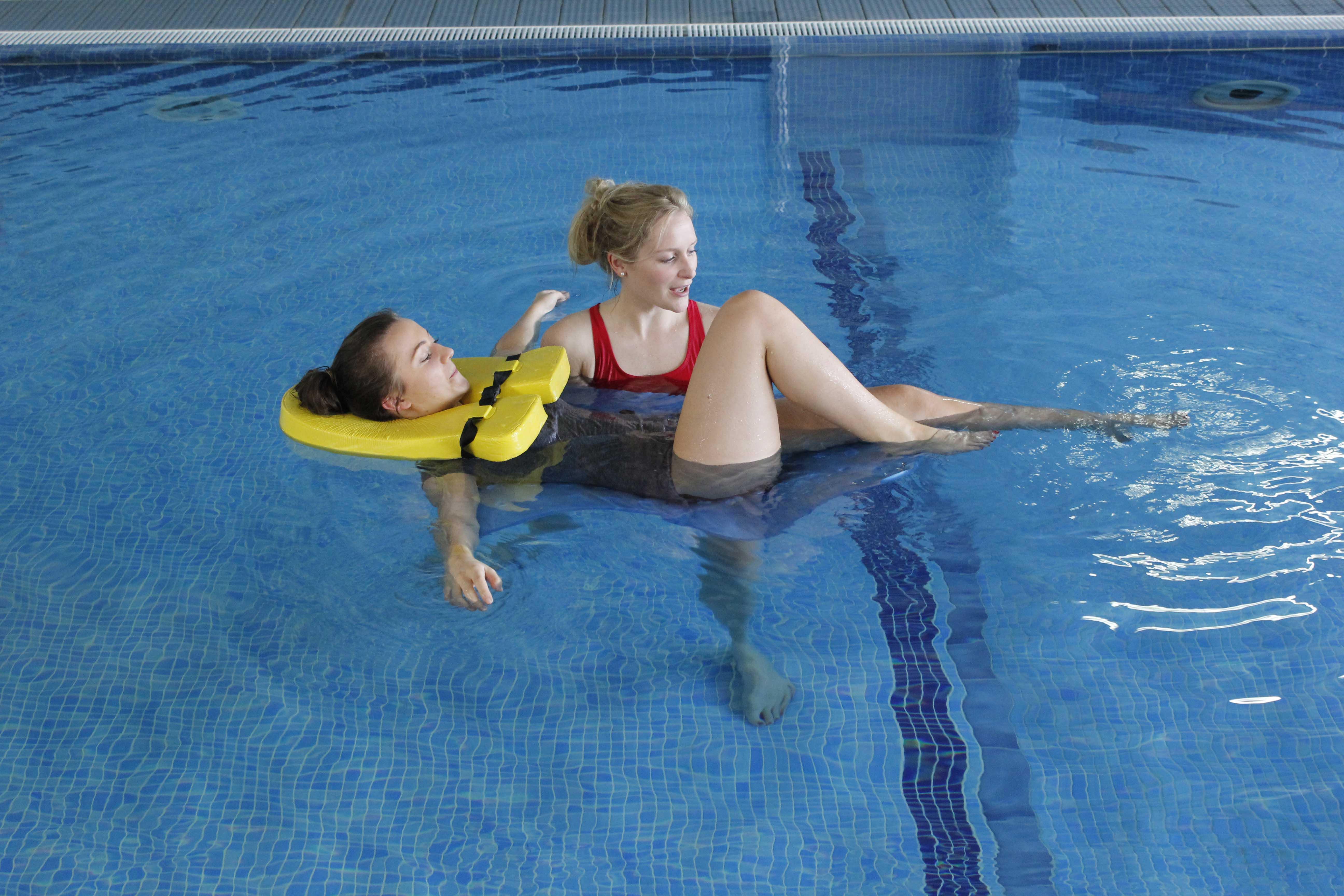 Sesión de hidroterapia con estrecha supervisión de fisioterapeuta especialista.
