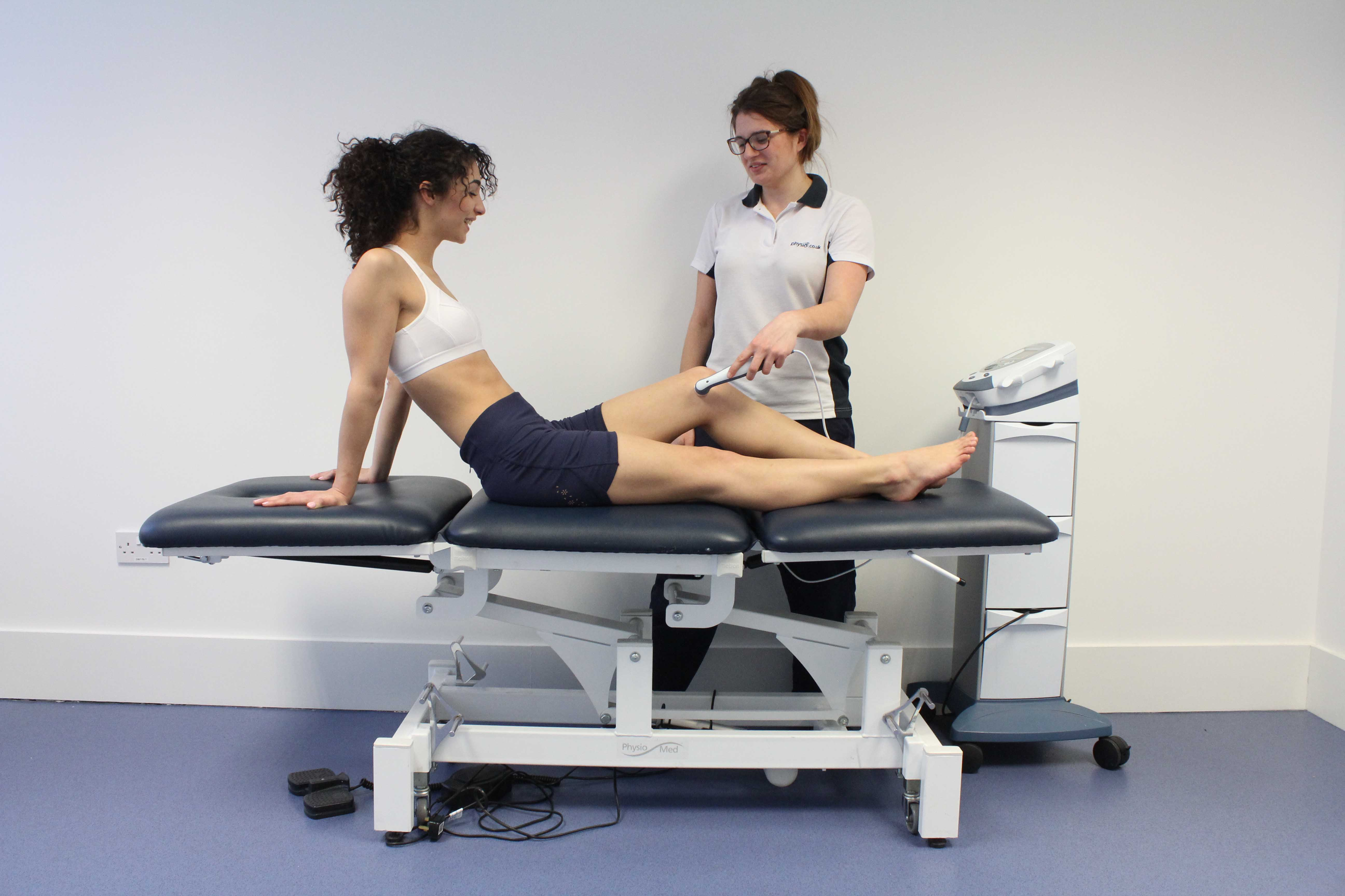 Ultrsound eletrotherapy applied to the soft tissues of the knee by Physiotherapist