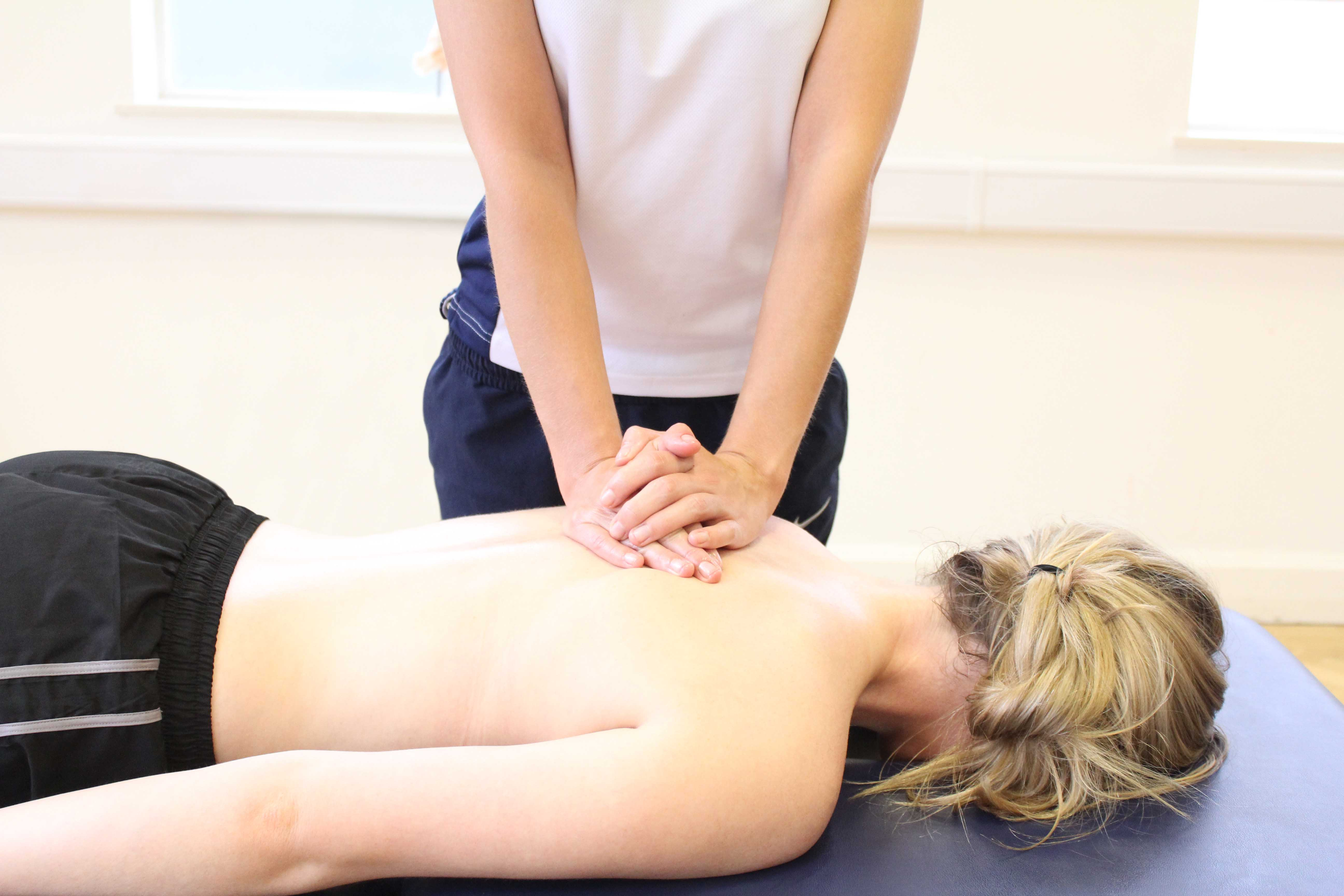 Mobilisations of the thoracic spine by an experienced physiotherapist
