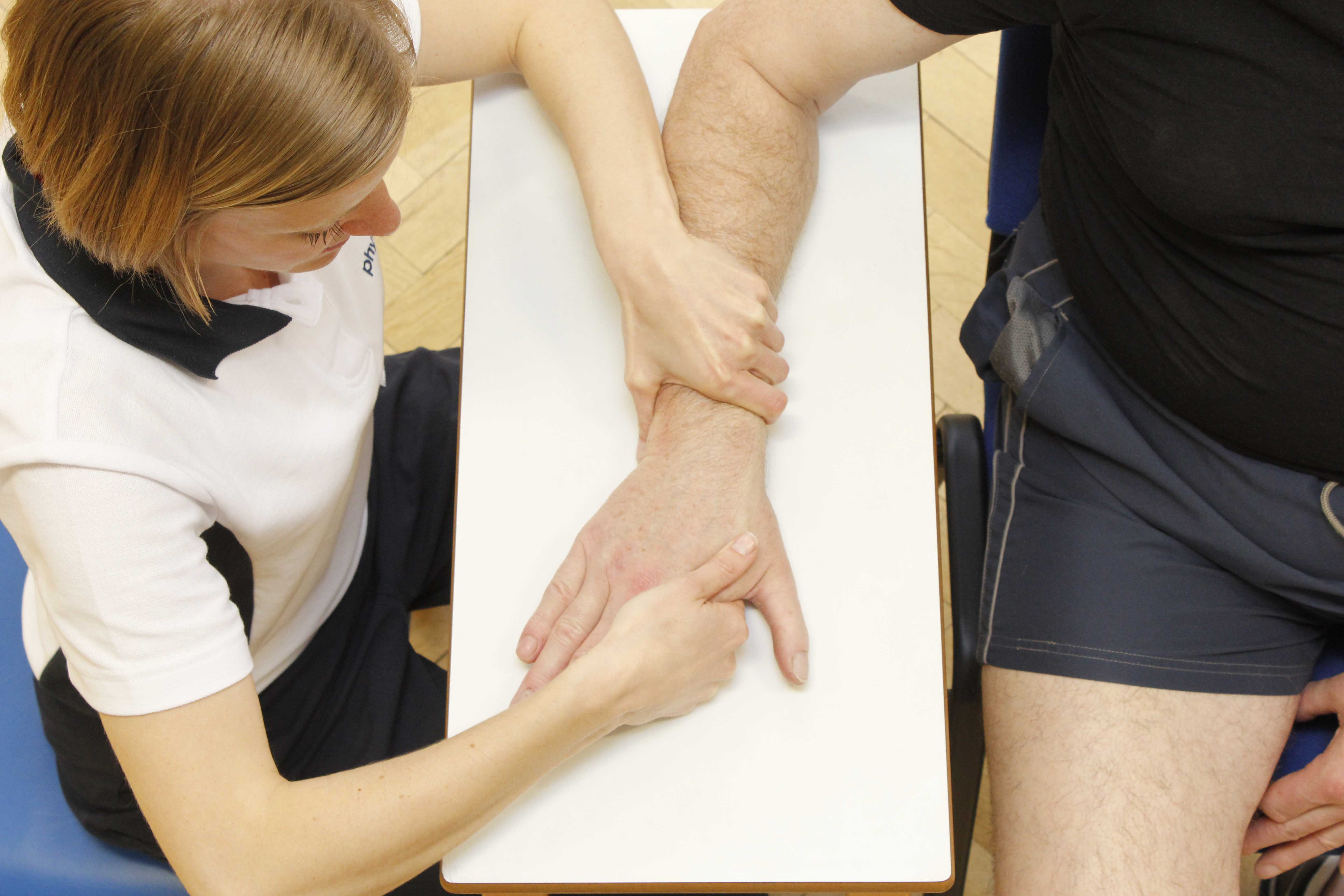 Mobilisation of the wrist by an experienced physiotherapist